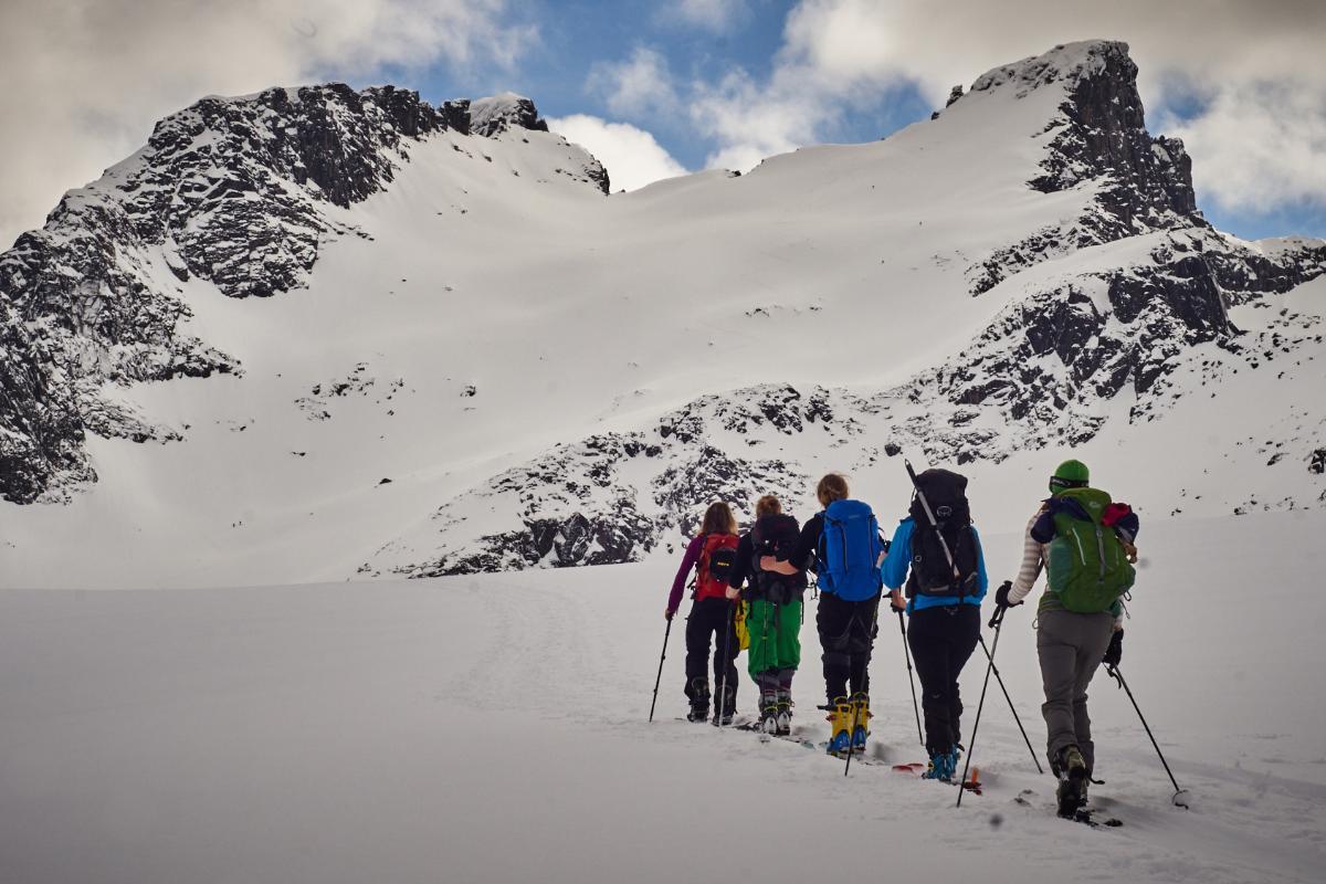 Topptur, fjell, ski og mennesker
