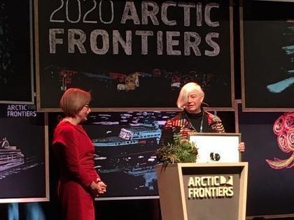 Rektor ved UiT, Anne Husebekk delte ut Mohnprisen 2020 til Dorthe Dahl-Jensen under konferansen Arctic Frontiers.