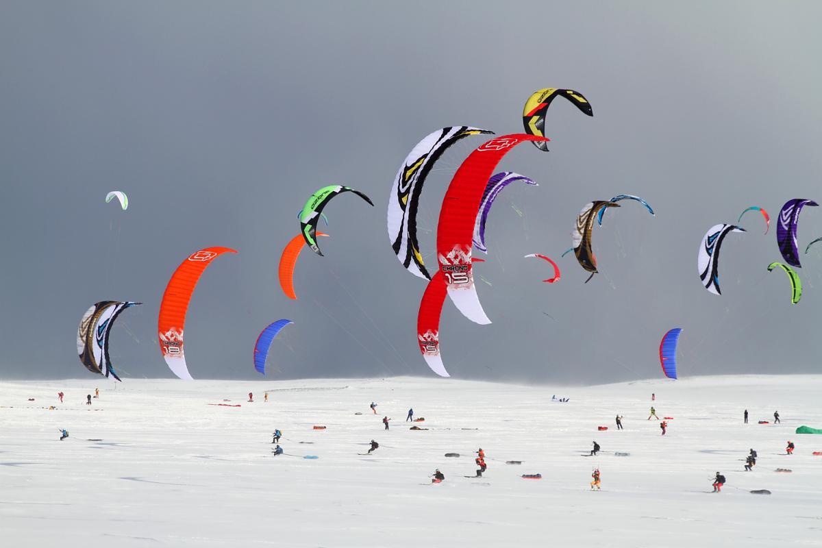 Skiløpere med kite på snø