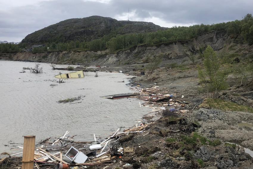 Hus som er ødelagt av leirskred og rast ut i sjøen