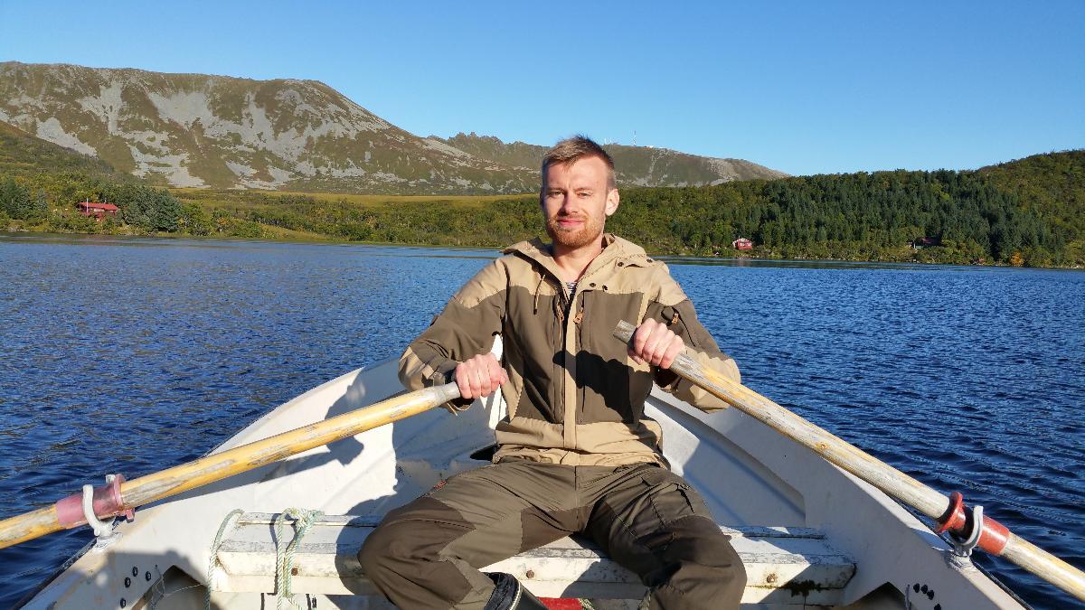 mann som ror en båt