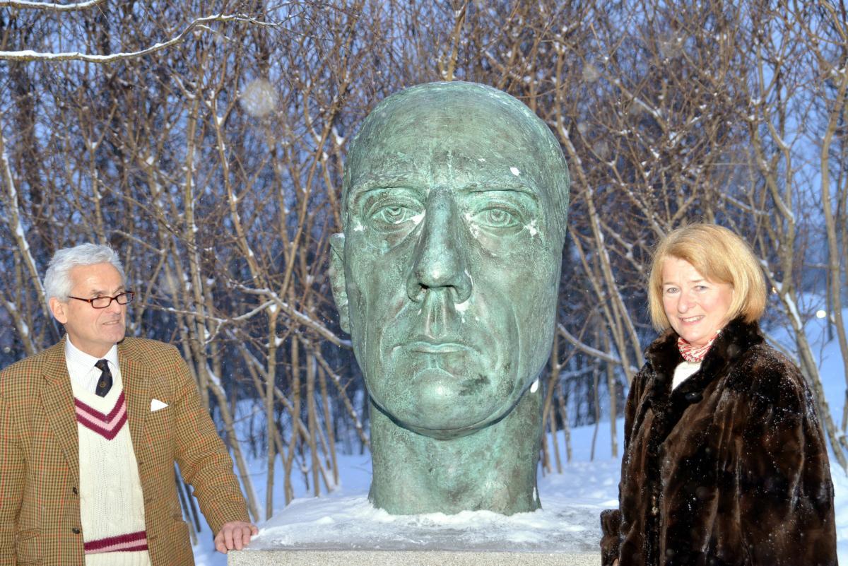 Arnoldus Schytte Blix og Anne Husebekk ved en bronsebyste av Roald Amundsen.