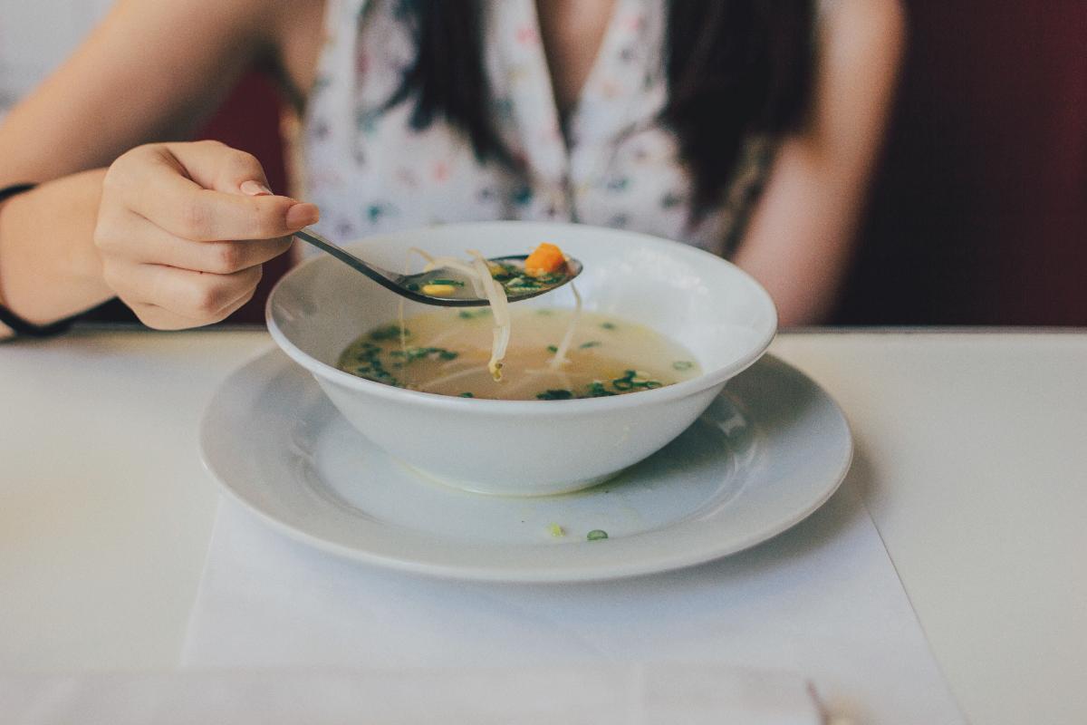 Kvinne spiser av fat