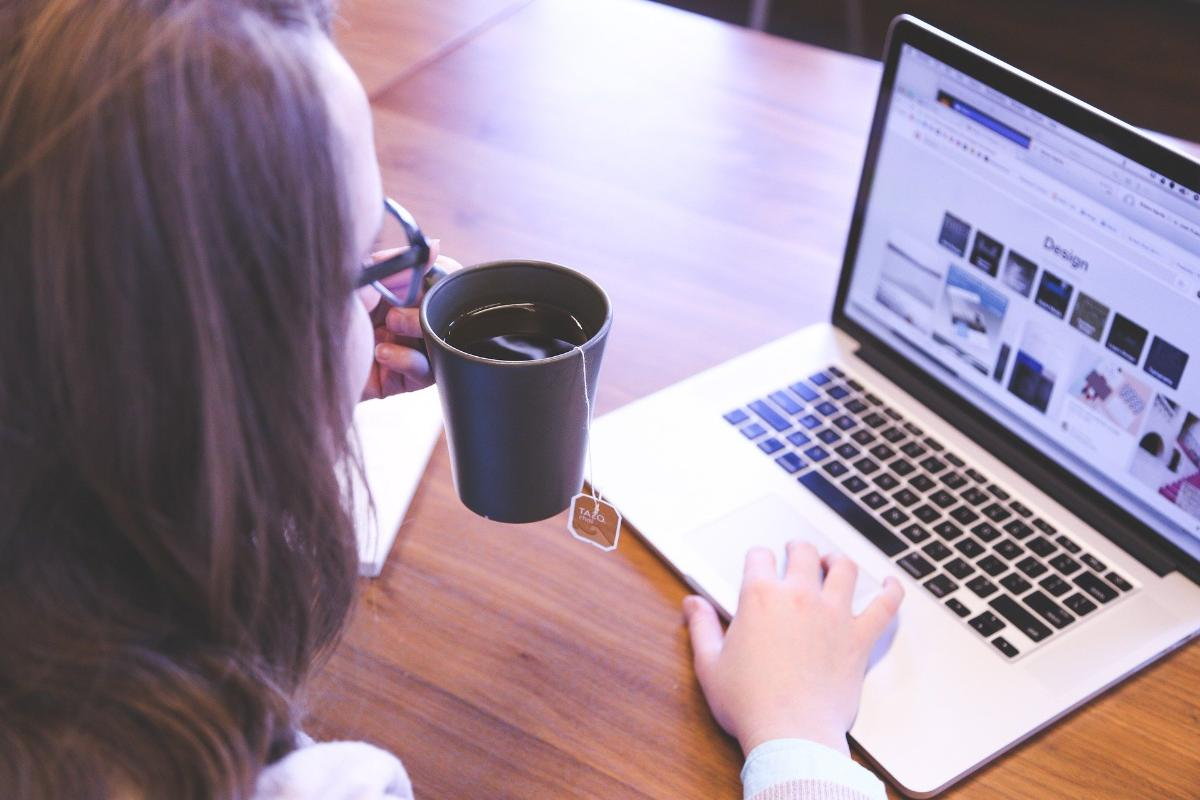 Student jobber foran pc-skjermen