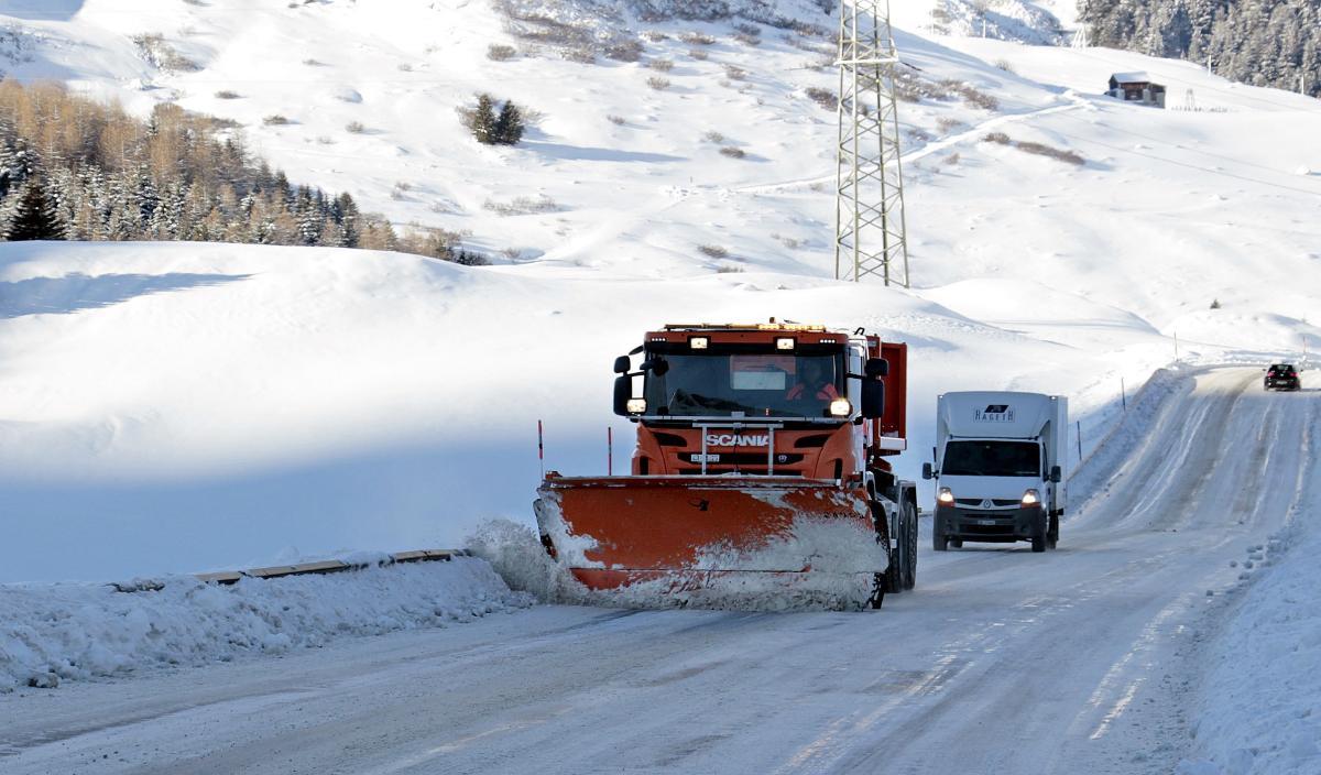 Brøytebil på veien vinterstid