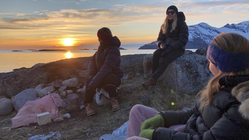 Personer på fjelltur med midnattssol. Foto: Tina Vollan