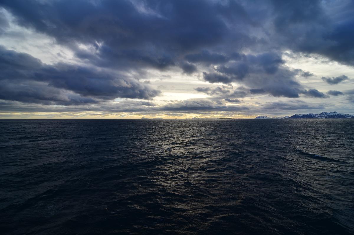 Bilde av havet tatt fra Svalbard