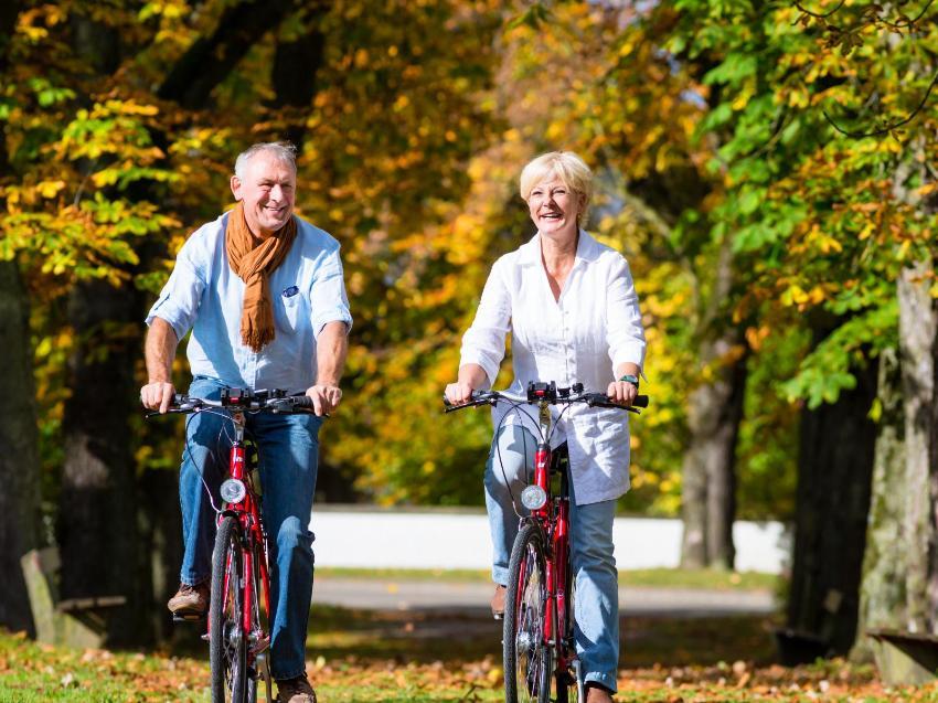 Eldre personer på sykkeltur