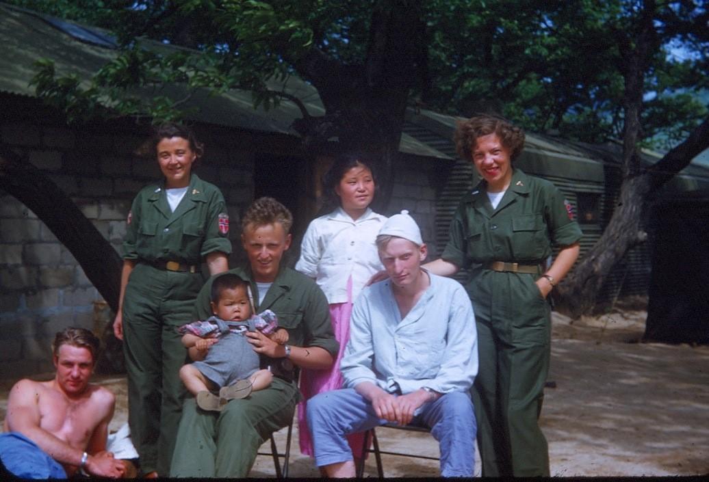 Pasienter og sykepleiere utenfor det norske feltsykehuset i Korea.