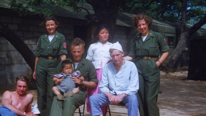 Seks voksne personer og en baby utendørs. Foto: Kari Roll Klepstad