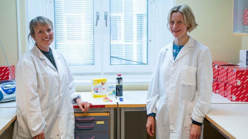 Astri Meen og Anne D. Hafstad i labfrakker innendørs. Foto: Christian Halvorsen/UiT