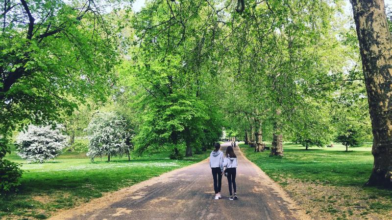 To girls walking in a park. Photo: Ellen Kathrine Bludd / UiT