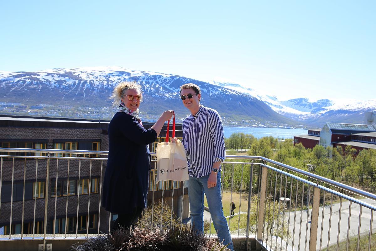 Kristine Korsnes, prodekan for utdanning gratulerer Kim Roger Trøie med å ha levert masteravhandling.