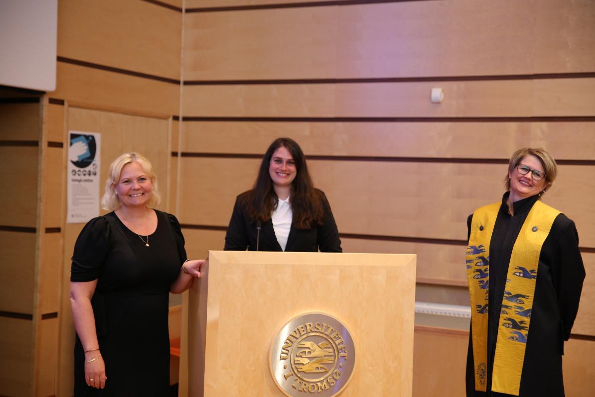 Professor Ingvild U. Jakobsen, PhD. Hilde Woker og dekan Lena Bendiksen poserer for et bilde etter at disputasen var overstått.