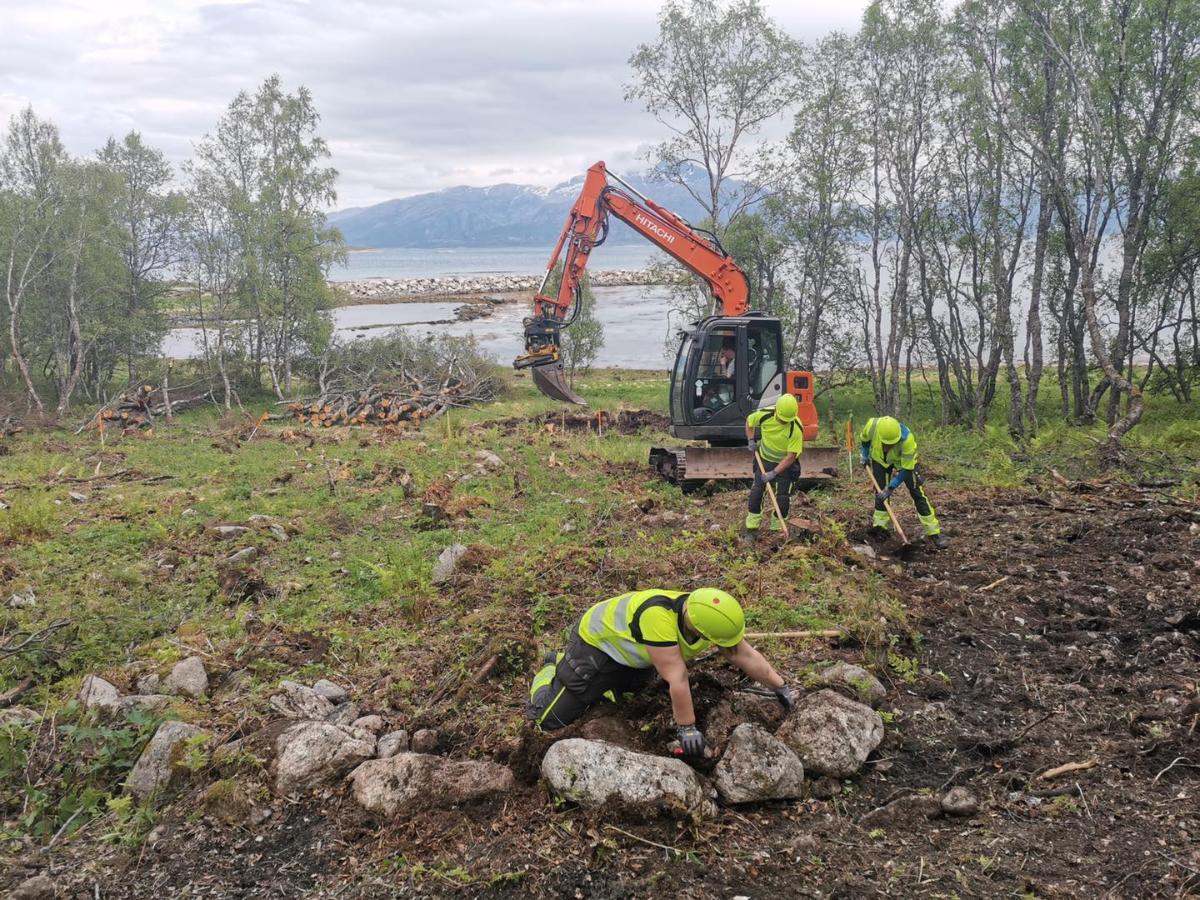 Gravemaskin fjerner jord før arkeologiske undersøkelser