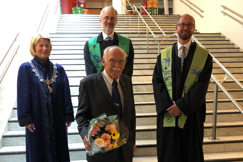 Rolf Skår (foran) sammen med rektor Anne Husebekk, dekan Arne O. Smalås og dekan Bjørn Solvang.