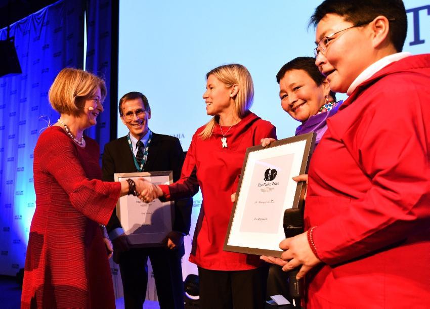 Rektor Anne Husebekk deler ut Mohnprisen til Eddy Carmack og forskningsgruppen The Meaning Of Ice, representert av Shari Fox Gearheard, Lena Kielsen Holm og Toku Oshima.