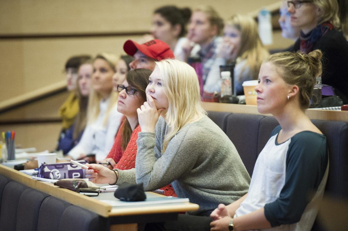 Studenter som følger forelesning i auditorium