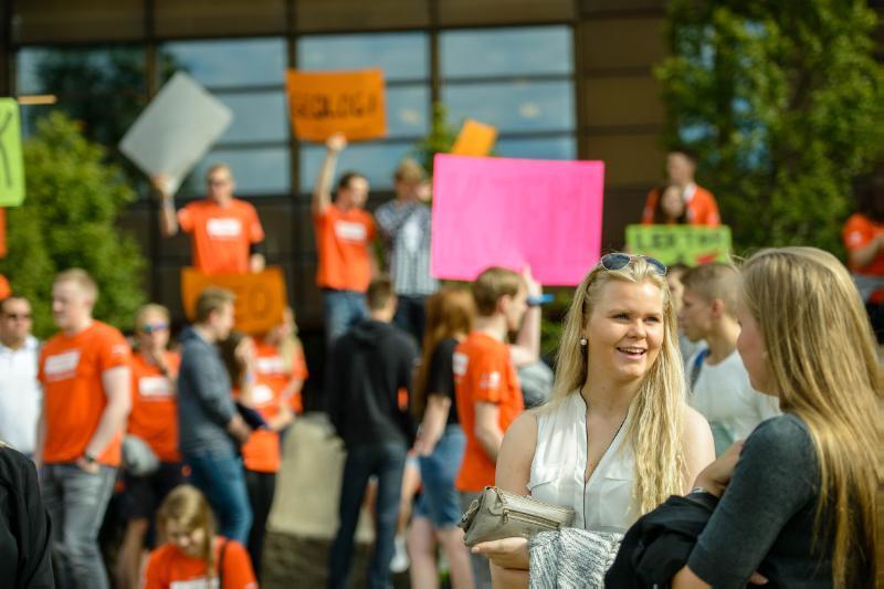 Studenter som møtes ute ved campus i Tromsø til semesterstart