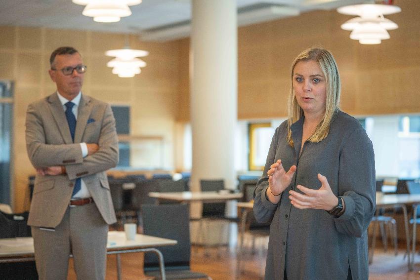 Rektor Dag Rune Olsen og olje- og energiminister Tina Bru.
