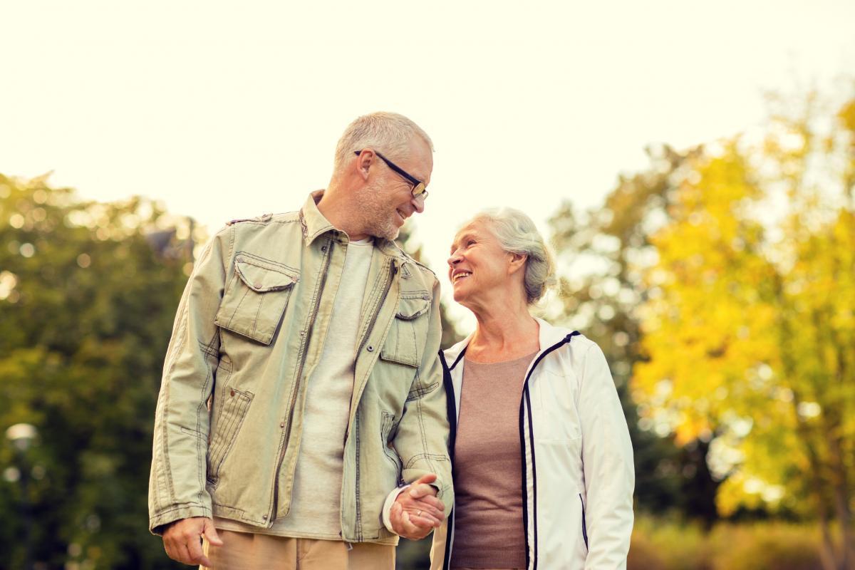 to eldre smilende mennesker i en park