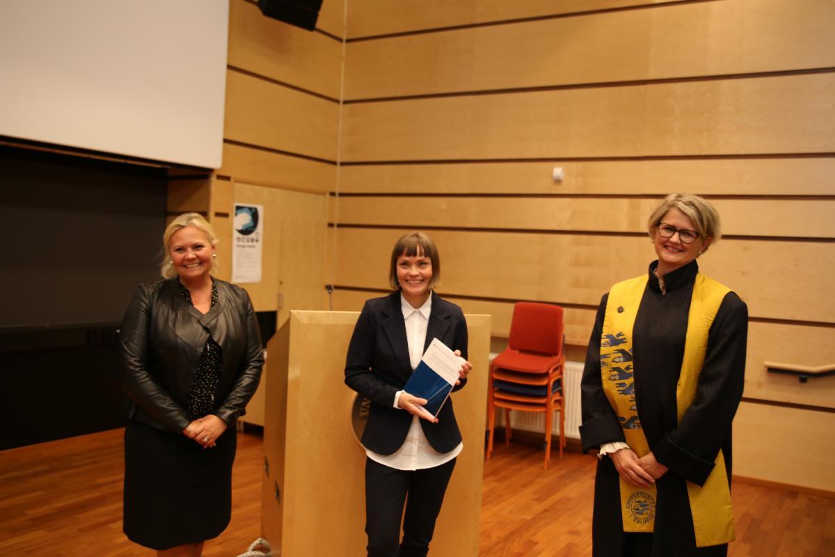 Fra venstre: professor Ingvild Ulrikke Jakobsen som har vært en av Schønings veiledere, Lena Schøning og dekan Lena Bendiksen.