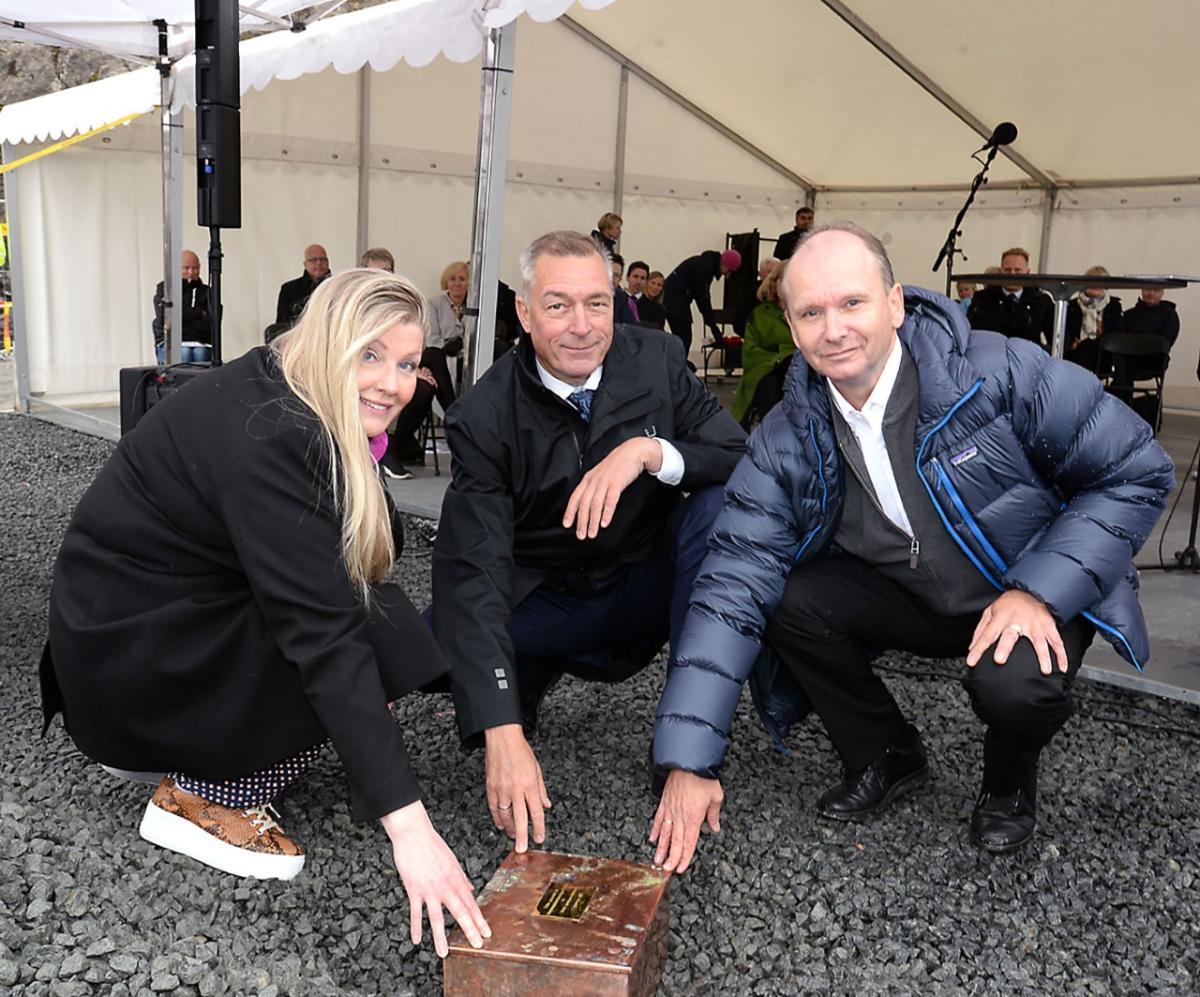 Tre personer og det som er den symbolske grunnsteinen for nytt sykehus i Narvik