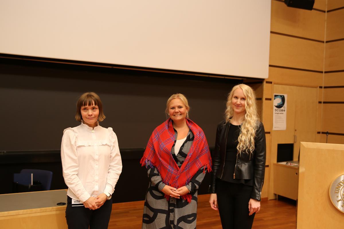 Fra høyre, Lena Schøning, professor Ingvild Jakobsen og Linda Finska.