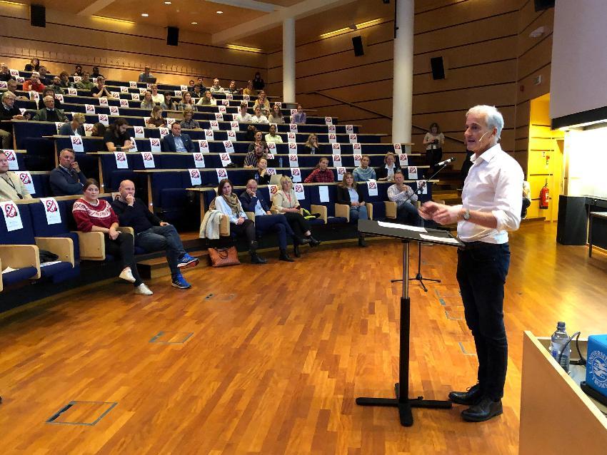 Jonas Gahr Støre snakket for et fullsatt auditorium.