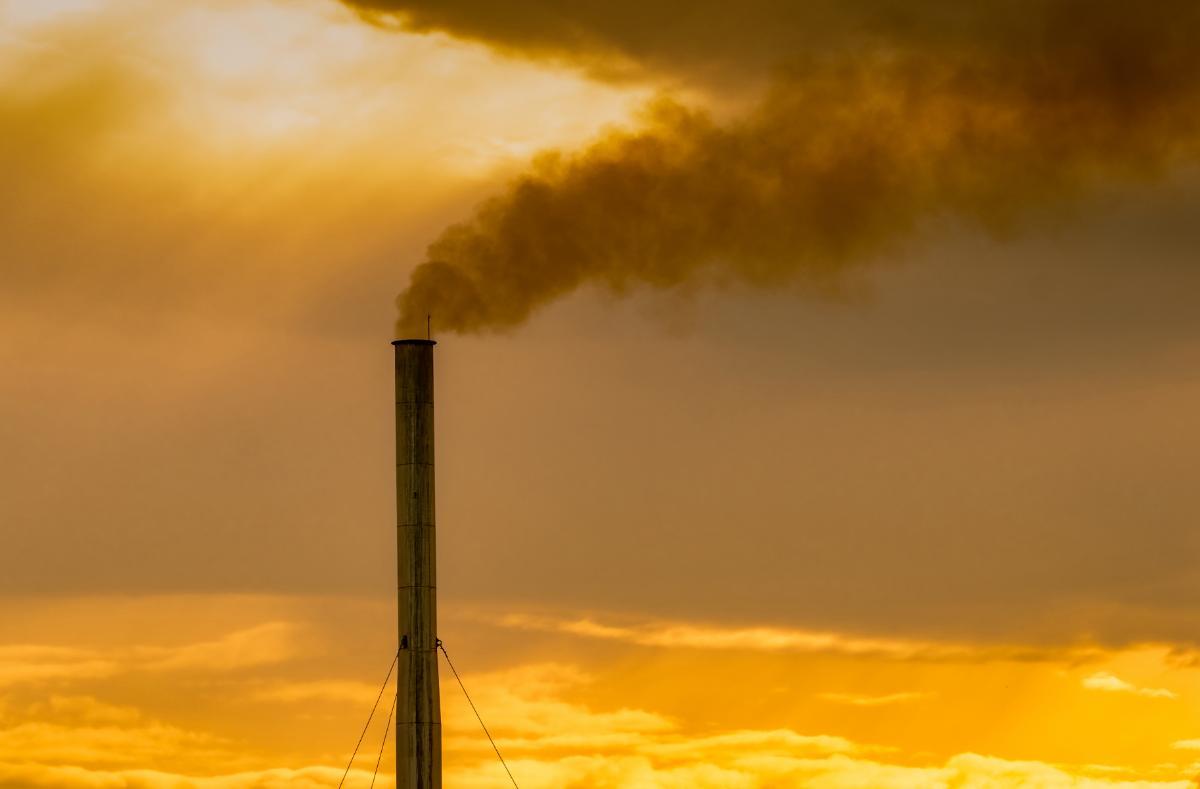 Fabrikkpiper som slipper ut røyk og forurenser atmosfæren