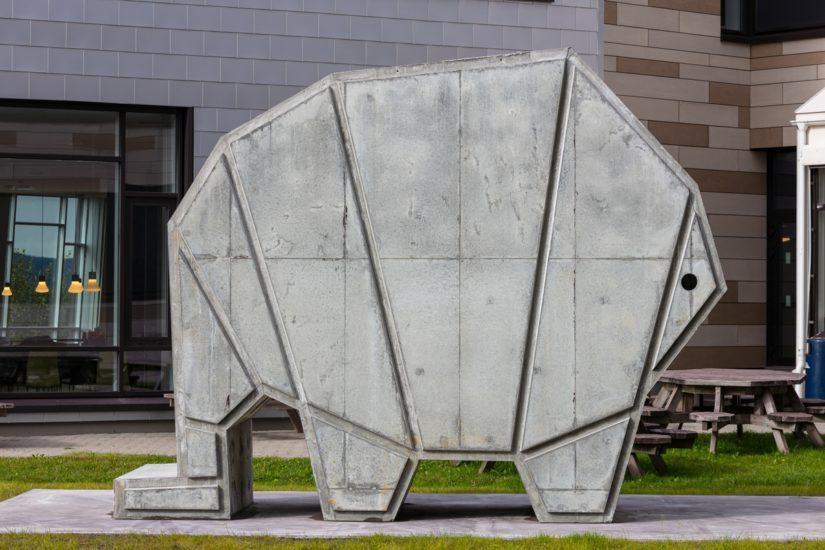 "betongskulpturen ""hōtel"" utenfor teorifløya på campus"