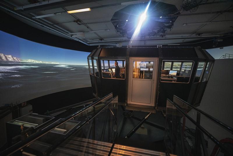 Skipssimulator ved UiT. Styrehus og skjermer som viser hav.