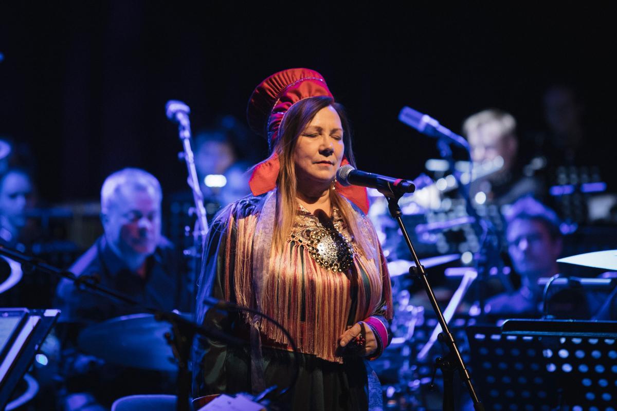 Mari Boine i kofte på konsertscene