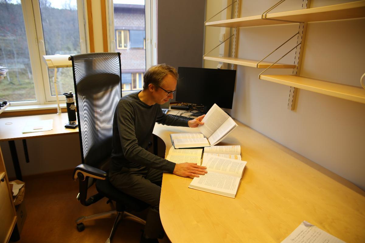 Sondre Torp Helmersen later som om han leser 6 forskjellige bøker på en gang.