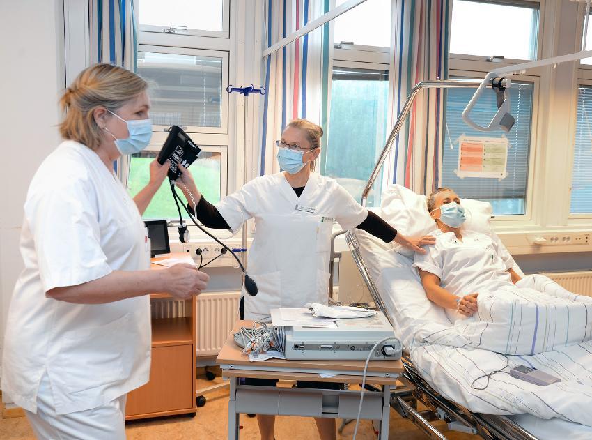 Operasjonssykepleier Tina Johansen ved UNN Narvik (i midten) i aksjon under en simuleringsøvelse som ble holdt i forbindelse med fasilitatorkurset ved UiT i Narvik forrige måned. Til venstre er Charlotte Fronth Nyhus (UiT), mens intensivsykepleier Vibeke Aasberg er pasient for anledningen.