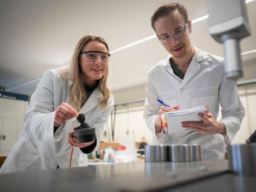 To studentar i ein lab.