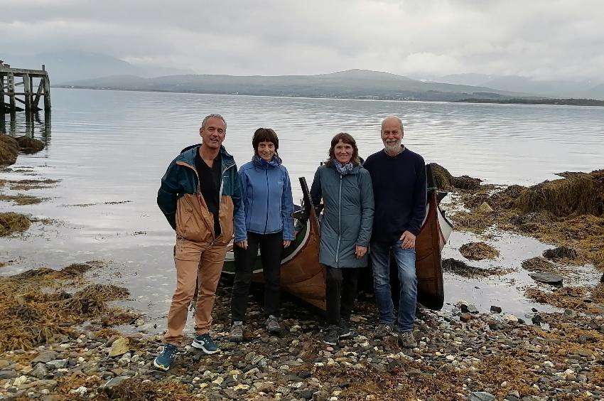 Fire forskere fra UiT foran en nordnorsk færing, en tradisjonell fiskebåt.