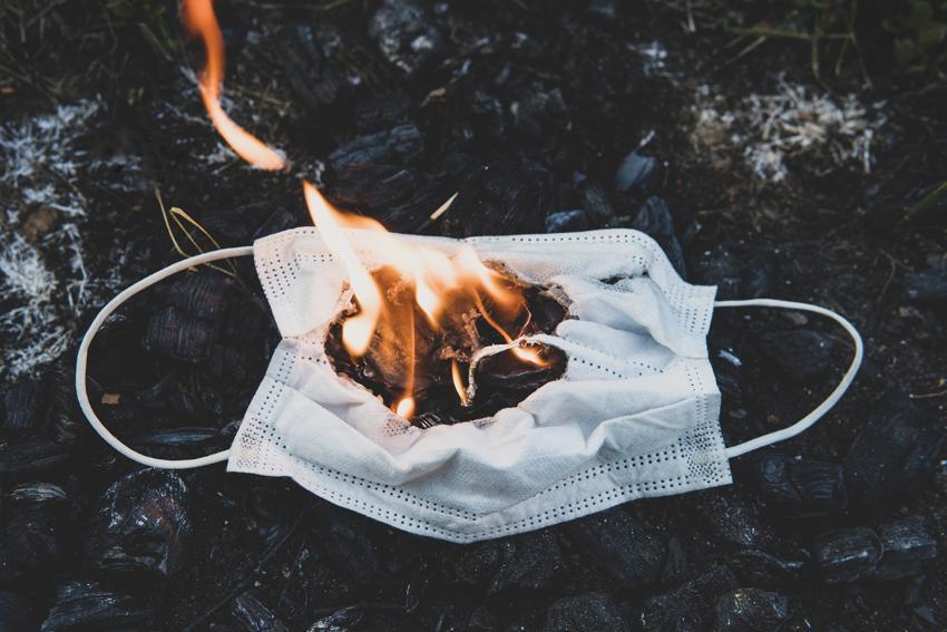 Brennende munnbind på bakken