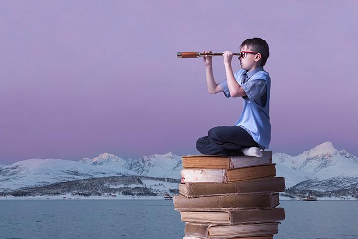 Lørdagsuniversitetets profilbilde (gutt med kikkert). Foto: UiT