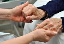 Yngre hender som holder eldre hender